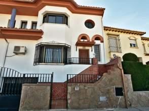 Casa pareada en Avenida Pedro de Mendoza y Luján, Guadix