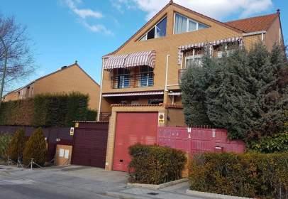 Casa pareada en Paseo de los Olivos, cerca de Calle del Laurel