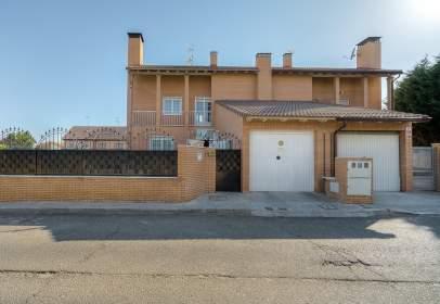 Casa aparellada a calle Jacinto Benavente