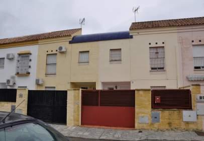 Casa adosada en calle Rafael Farina, nº 31