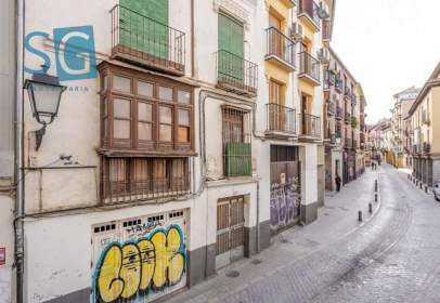 Edificio en calle de Elvira, cerca de Calle Honda de San Andrés