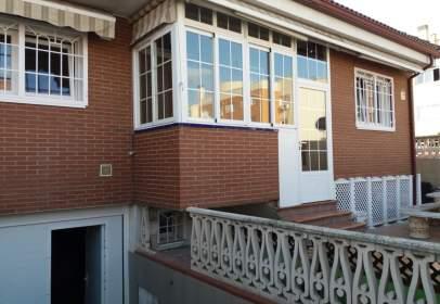 Casa pareada en calle de Óscar Arias