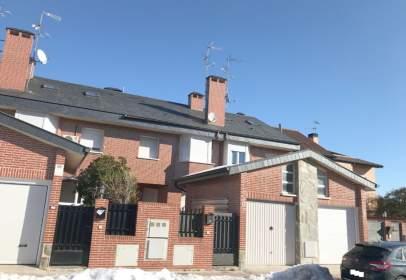 Casa adossada a calle del Lagar, prop de Calle de la Almazara