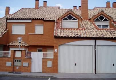 Terraced house in calle Isidro Peñas, nº 3